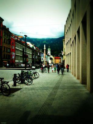 Maria Theresien Straße Innsbruck, rechts Fassade Kaufhaus Tyrol