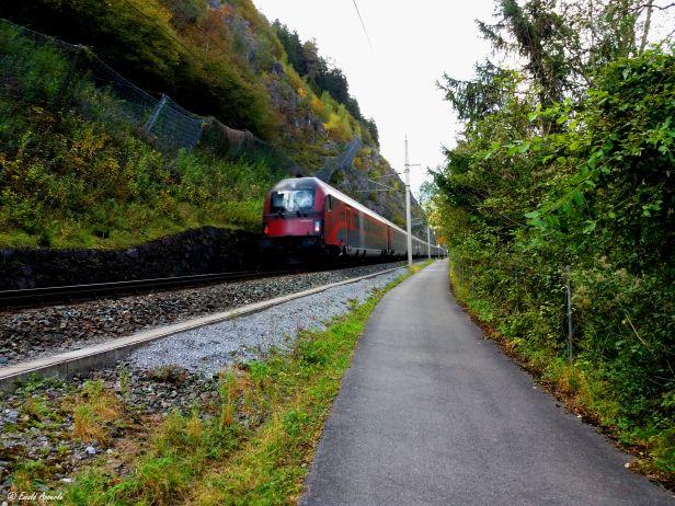 EIn Railjet der ÖBB kurz vor dem Bahnhof Imst-Pitztal